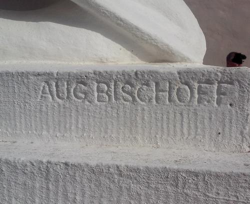 Foto einer Inschrift in Mamor