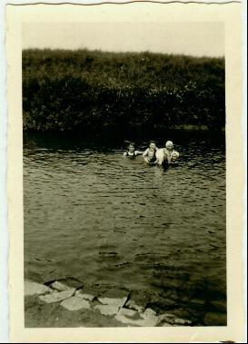 Familie schwimmt in der Nidda