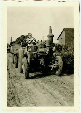 Frau fährt auf einem Traktor