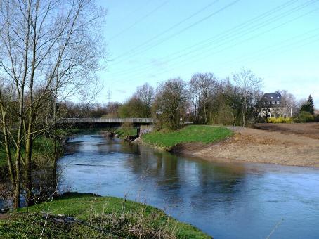Foto mit Bick auf die Niddamündung mit Brücke