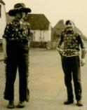 Zwei Jungs als Cowboy verkleidet