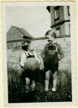 Kinder mit Ball