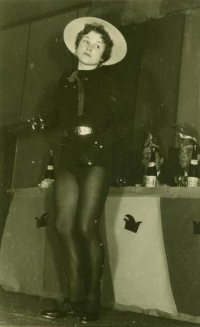 Foto einer Frau im Tanzkostüm