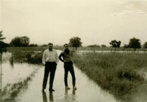 Zwei Männer auf überschwemmten Feldweg