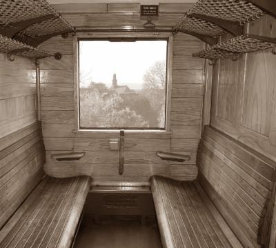 Foto in ein altes Zugabteil mit Holzbänken