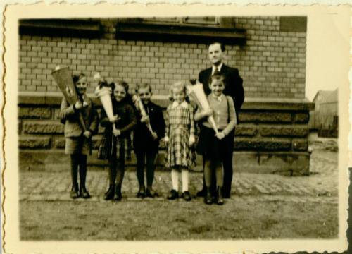 Altes Foto mit 5 Kindern bei der Einschulung