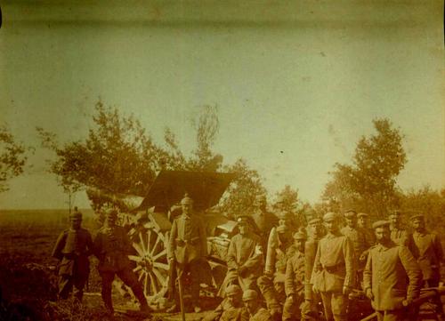 Historisches Foto eines Kriegsgeräts mit Männern