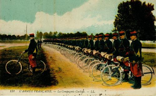 Reihe von Soldaten auf einem Fahrrad