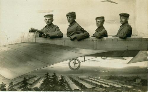 Bildmontage von vier Männern in einem alten Flugzeug