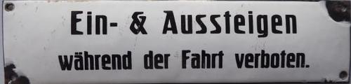Schild: Ein & Ausstieg während der Fahrt verboten.