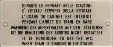 Schild: Während des Auftenthalts auf den Stationen ist die Benutzung des Abortes nicht gestattet (in diversen Sprachen)