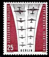 Briefmarke mit Beschriftung Luftbrücke, Berlin und vielen Flugzeugen