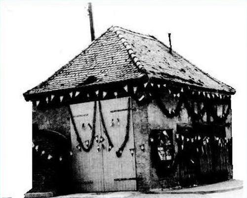 Altes Foto von Geschmücktem Gebäude