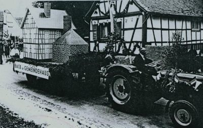 Festwagen, gezogen von einem Traktor
