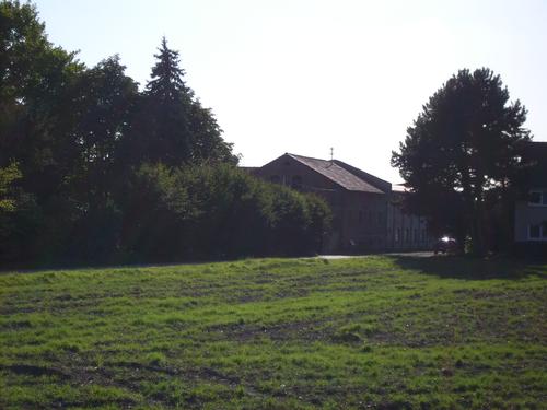 Foto des Hofes und ein Stück Acker