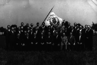 Historisches Foto mit vielen Menschen und einer Flagge