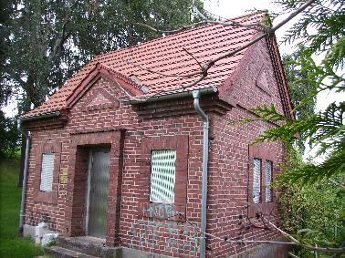 Foto eines kleinen Backsteingebäudes