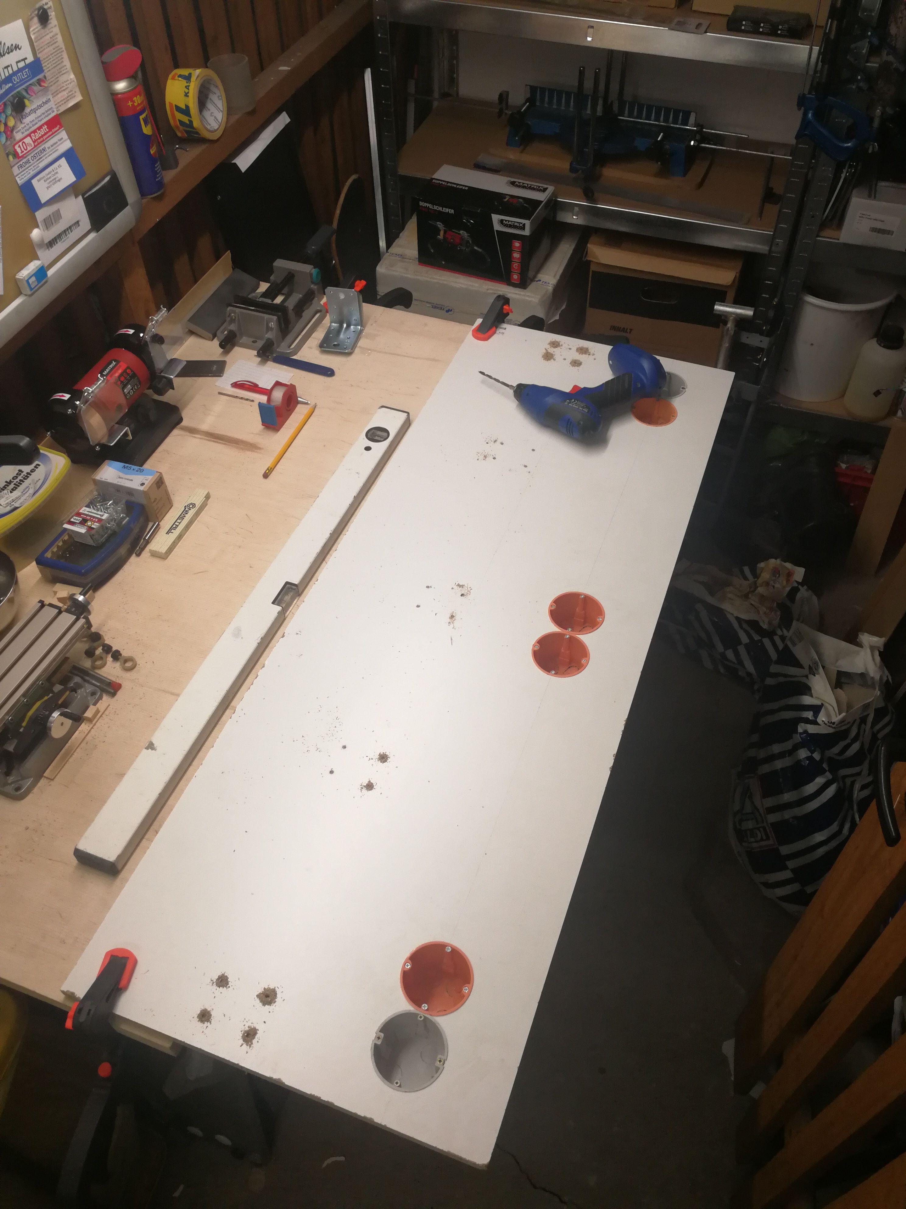 Die Dosen sind drin, hier werden die Löcher für die Winkel gebohrt.