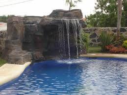 Piscinas con cascada interesting axapool piscinas for Cascadas artificiales modernas
