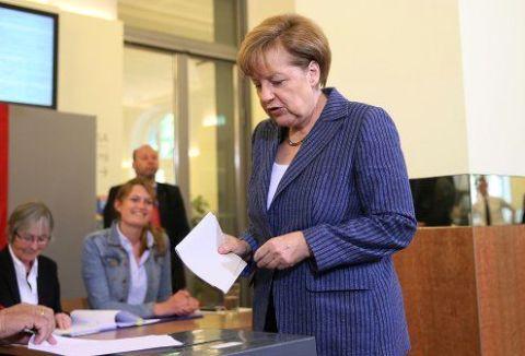 Bundeskanzlerin Frau Merkel gibt ihre Stimme ab .