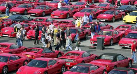 Wo stehen diese viele ROTEN Autos ?