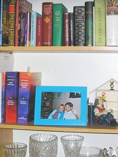 Dieses Foto ist ein Teil unseres Wohnbereichs - Bibel und Koran in trauter Zweisamkeit - unten unsere Bücher : Urdu - Deutsch als auch Deutsch - Urdu !