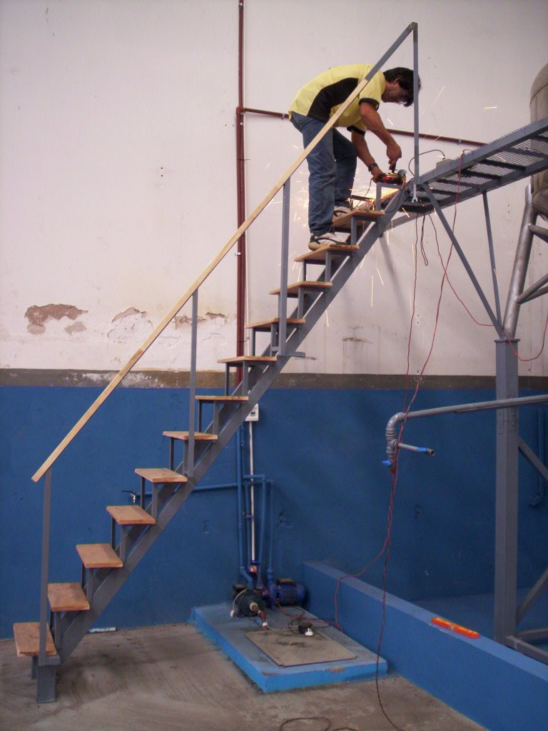 Escaleras De Hierro Y Madera Escalera En U Con Peldaos Y Barandas  ~ Escaleras Prefabricadas De Madera