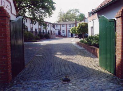 Die Tagesstätte finden Sie im Innenhof  des Grundstückes Alttornow 30