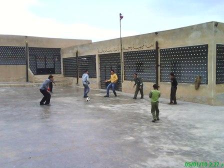 بعض الاولاد يلعبون في مدرسة القرية