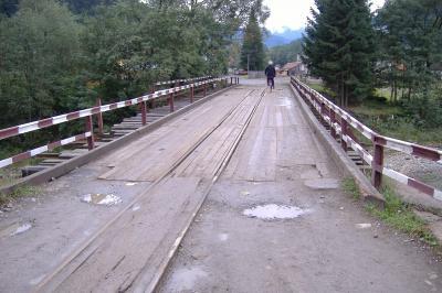 Brücke über die Brusturianka zum Bahnhof in Ust-Chorna