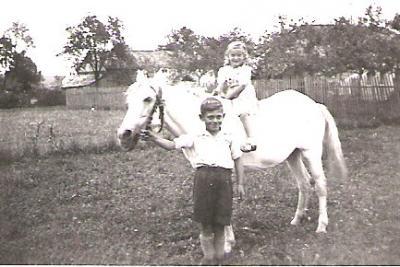 Georg Schmid mit seinem Schimmelpony