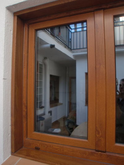 Jordi soler ventanas pvc roble dorado for Persianas de color de moda