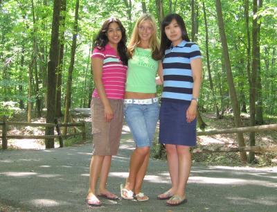 Gabi, ich und Ah Reum (v.l.) im Park