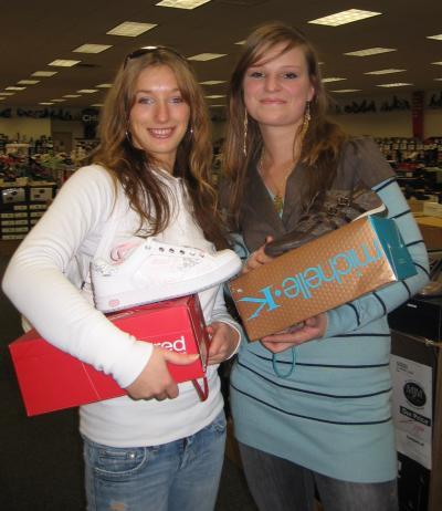Lydia und ich beim Schuhkauf
