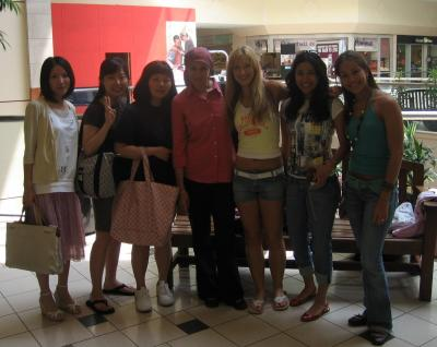 Nana, Ah Reum, Somi, Nuzhat, ich, Gaby und Alexa (v.l.)