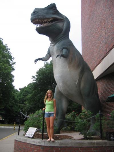 der Dino stand vor dem Museum