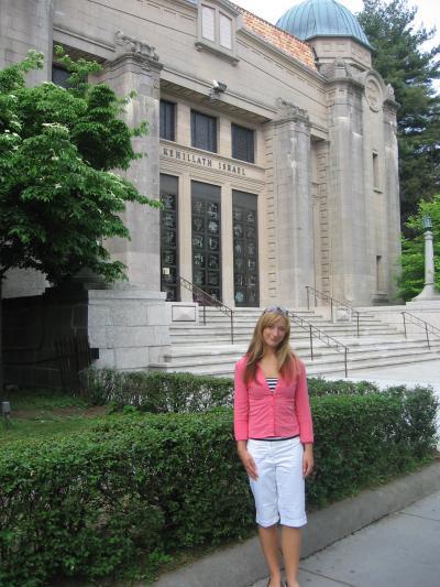 ich vor der Synagoge