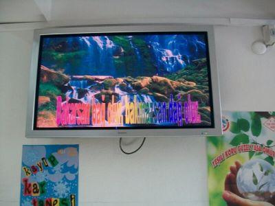 Öğrencilere Ekrandan çevre ile ilgili çalışmalar izlettirliyor.