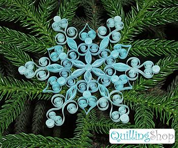 квиллинг новый год снежный квиллинг мы используем для работы: QullingStick устройство для закручивания роллов, Quilling Grid замечательный и очень удобный шаблон для изготовления квиллинг снежинок, ножницы, клей ПВА, бумага для квиллинга (из набора 01 используем 3 крайних голубых цвета) шириной 3мм. Скоро будут опубликованы и другие популярные схемы квиллинг, которые можно будет скачать бесплатно