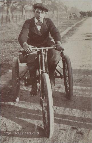Alfred Villemain lors de la course de côte de Gaillon en 1899 sur un mototricycle