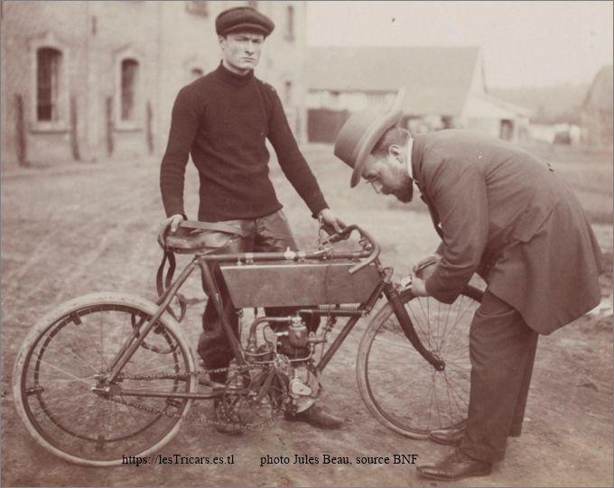 Gaston Doué à Château Thierry en 1902 avec une motocyclette Doué