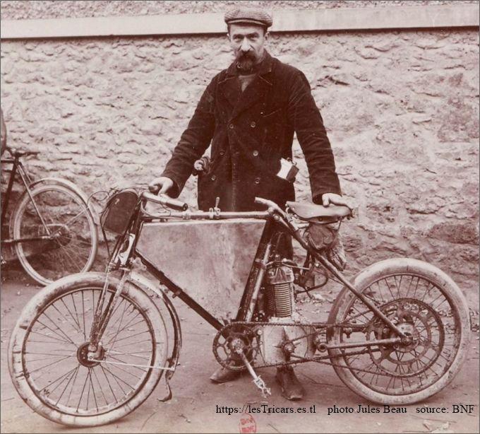 """1903, Rivierre et sa motocyclette """"Rivierre"""" quart de litre, photo J. Beau"""