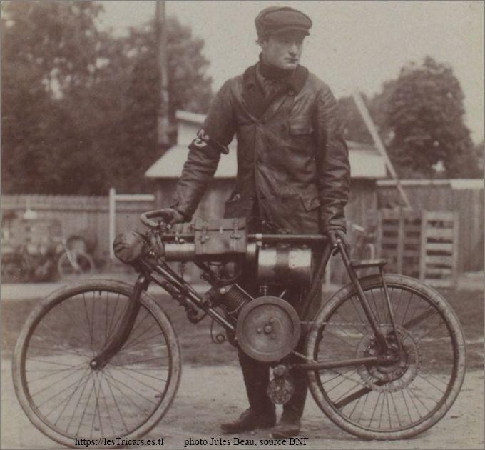Gaston Doué avec une motocyclette Doué lors du critérium du quart de litre, 1903.