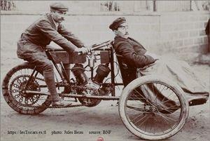 Auguste Pons sur un tricar Contal à moteur deux cylindres