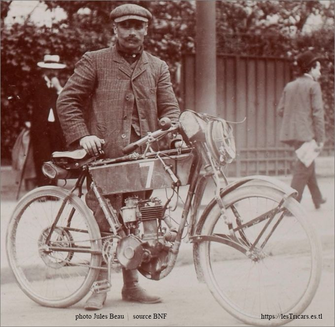 Pons avec une moto Peugeot. Tour de France Automobile, 1908
