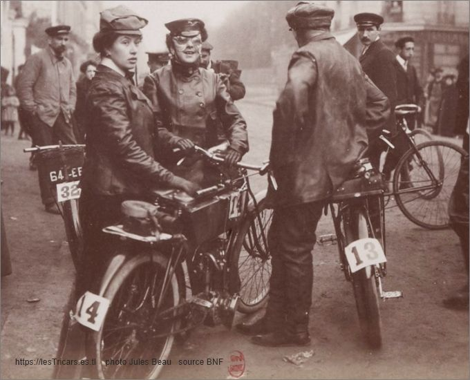 Fernande Clouet et Jeanne Herveux avec moto La Foudre, 1903