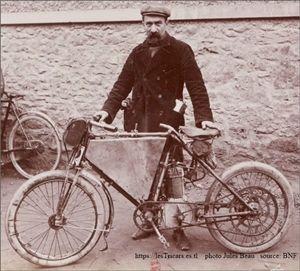 Gaston Rivierre avec une moto qu'il a construit