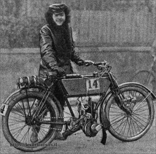 Jeanne Herveux avec moto alter / La Foudre, 1903