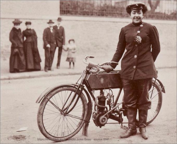 Jeanne Herveux avec moto La Foudre 1903, concours d'endurance 1000 km