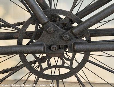 patte arrière de la motobicyclette Pernoo. Photo moderne